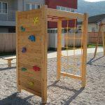 Varna in naravna lesena igrala za otroško igro