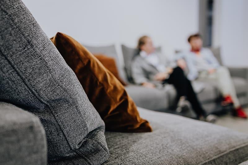 Kotne sedežne garniture s počivalnikom so vrhunska rešitev za dom